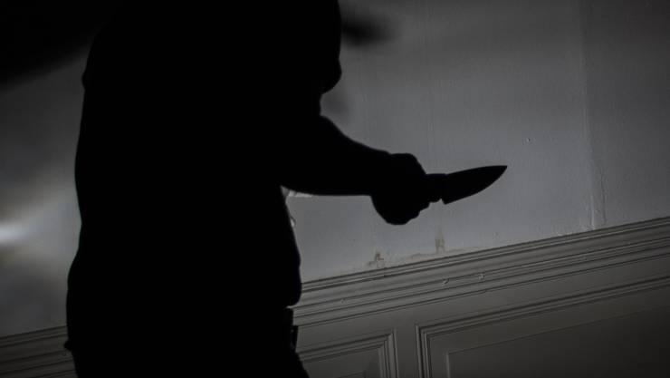 Dennis und seine beiden Komplizen überfielen einen Mann in seiner Wohnung und fügten ihm mehrere Stichverletzungen zu. (Symbolbild)
