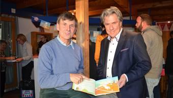 Freddy Siegenthaler (l.) und SRF-Radiosportmoderator Bernhard Schär zeigen das Bilderbuch.