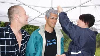 Filmteam: Jörg Heinrich Benthien (l.) als Sportlehrer und Double Bernhard Bütler beim 10-Meter-Turm in Baden. (Ursula Burgherr)