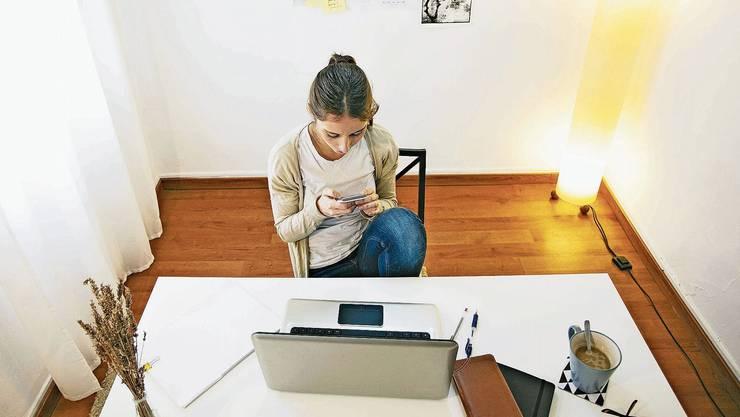 Wird das Smartphone an der Prüfung zugelassen? Bei Onlineprüfungen ist es schwierig zu kontrollieren.