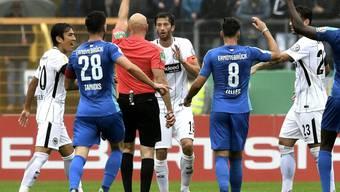Frankfurt-Verteidiger David Abraham sieht in der Startrunde des deutschen Cups bereits nach 22 Minuten die Rote Karte