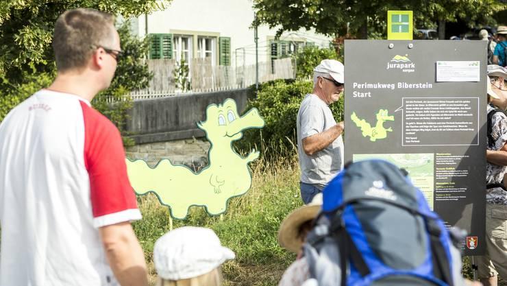 In der 10. Leserwandern-Etappe war eine Rundwanderung um Biberstein. An der Bushaltestelle wartete der Jurasaurus Perimul auf die Besucher.