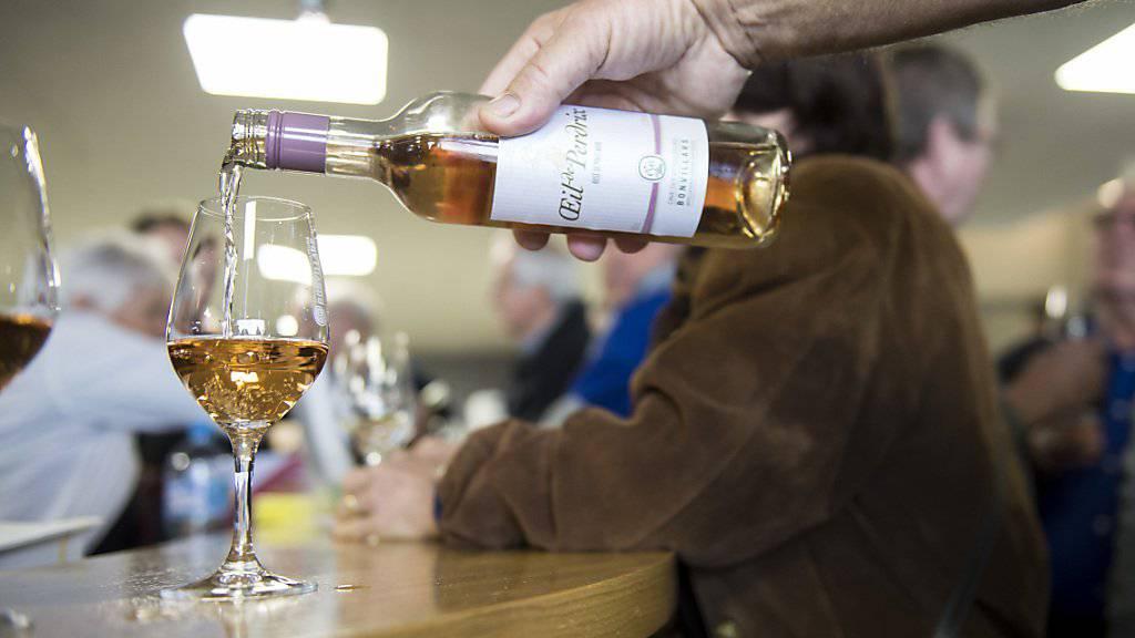 Vor allem in der Deutschschweiz kommt weniger häufig Wein auf den Tisch. (Archivbild)