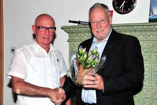 Gemeindeammann Robert Alan Müller überreichte Felice Vögele vor der Gemeinderatssitzung einen Strauss Enzian.