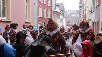 Für laute Verse gab es an den beiden Narrenlaufen in Laufenburg und Kaisten für die Kinder feine Gaben.