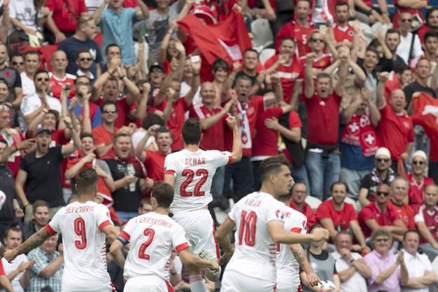 Fabian Schär lässt sich von den Schweizer Fans jubeln