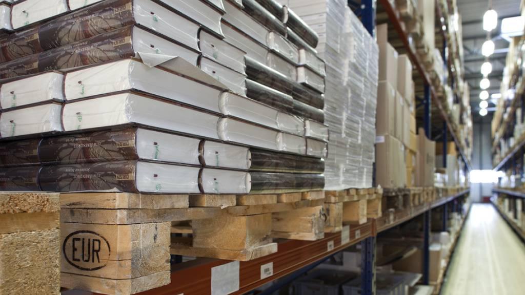 Im Schweizer Buchzentrum in Haegendorf, das die Buchhandlungen beliefert, stapeln sich die Bücher: Auf dem Schweizer Buchmarkt bricht wegen des Lockdown der Umsatz um geschätzte 90 Prozent ein. (Archivbild)