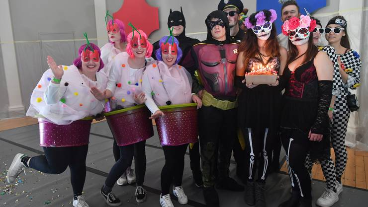 In Begleitung des bunt gemischten Haufens ihrer Freunde feiert OT-Mitarbeiterin Sarah Kunz (mit Kuchen) an der Naarenparty nicht nur die Fasnacht, sondern auch ihren Geburtstag.