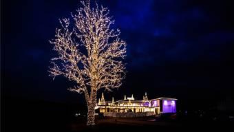 Das Hotel Al Ponte in Wangen a. A., dekoriert vom Geschäftsleiter. Die 3,3 Kilometer lange Lichterkette an der Linde vor dem Hotel ist sein neustes Schmuckstück.