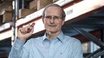 Carl Elsener in der Stanzerei, wo die Klingen für die roten Taschenmesser aus riesigen Stahlrollen ausgestanzt werden.