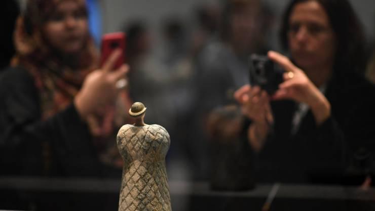 Die Exponate im Louvre Abu Dhabi stossen bei Besucherinnen und Besuchern auf reges Interesse.
