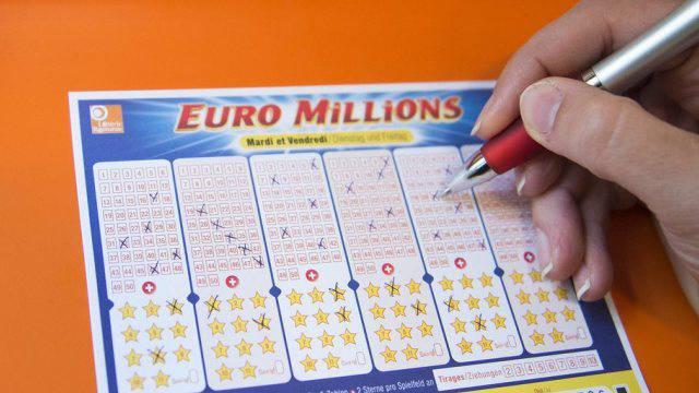 Ein Glückspilz kann die Korken knallen lassen: Er oder sie hat bei Euro Millions die richtigen Zahlen angekreuzt und fast 200 Millionen Franken gewonnen.
