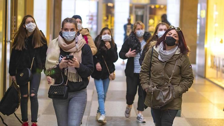 Das Coronavirus breitet sich namentlich in Italien mit hohem Tempo aus. Die Schweiz muss laut Experten die Weichen für die Prävention rasch stellen. (Archivbild)
