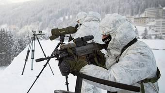 Für die Sicherheit reisen Soldaten und Polizisten aus dem Unterland in die Berge nach Davos.