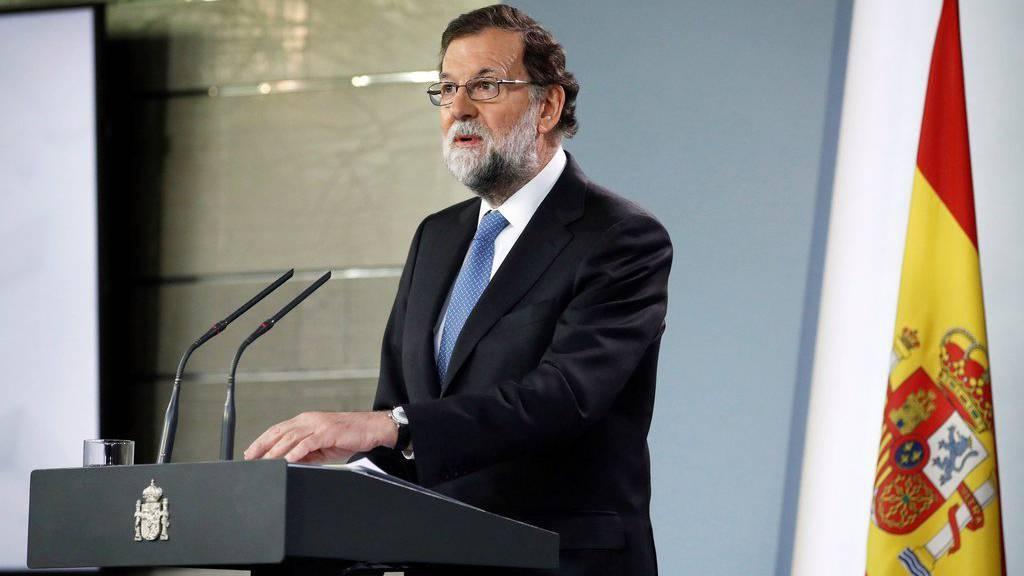 Mariano Rajoy gibt die Absetzung bekannt.