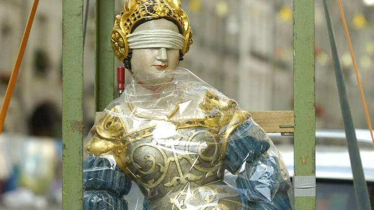 Die Justizia Statue wird auf den Sockel an der Gerechtigkeitsgasse in Bern gehievt. (Archiv)
