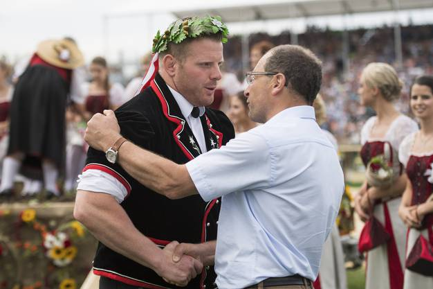 Berner Matthias Glarner freut sich als neuer Schwingerkönig mit Albert Bachmann, OK-Präsident Estavayer 2016