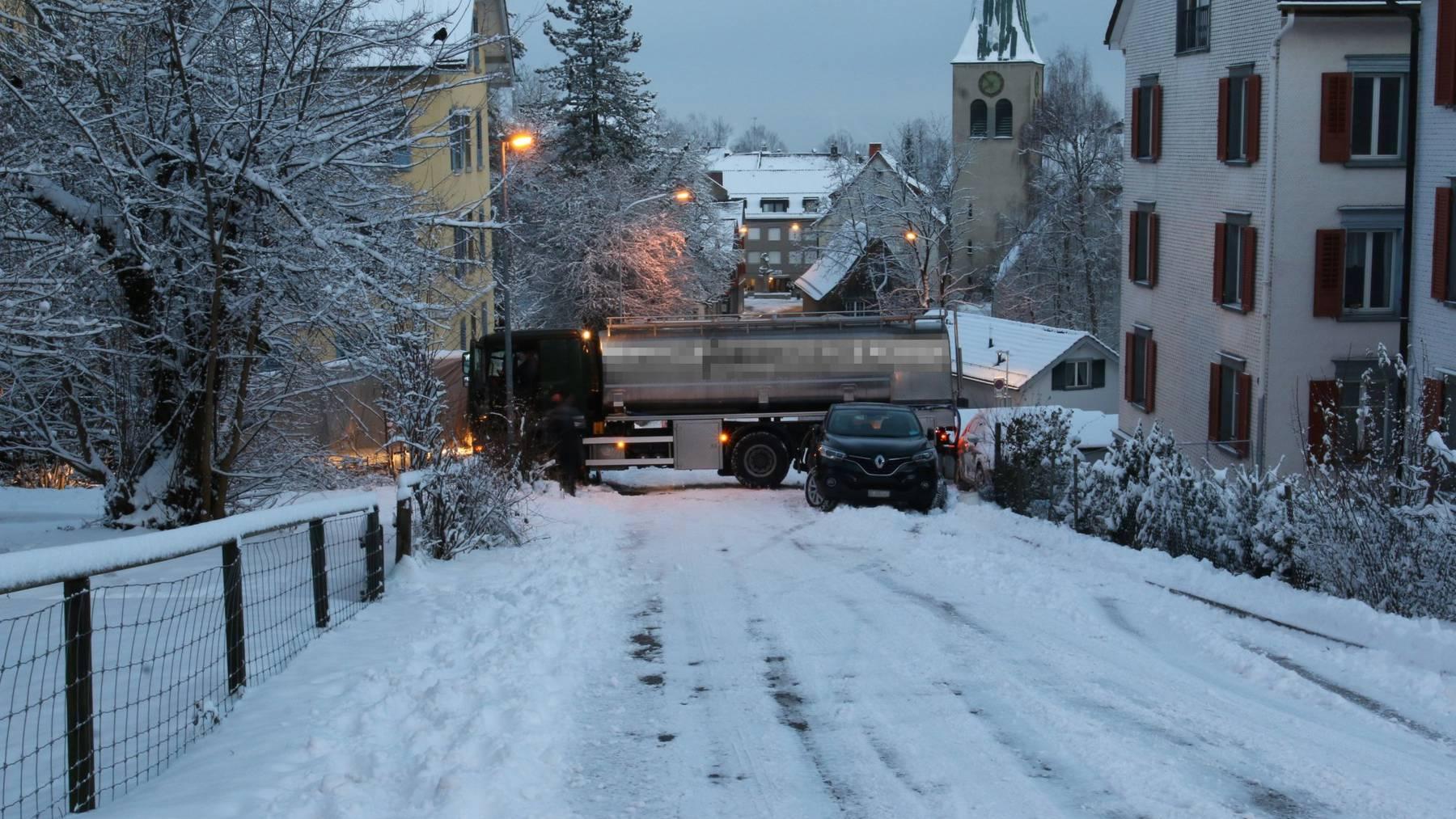 Der Lastwagen rutschte auf der schneebedeckten Fahrbahn in mehrere Fahrzeuge.