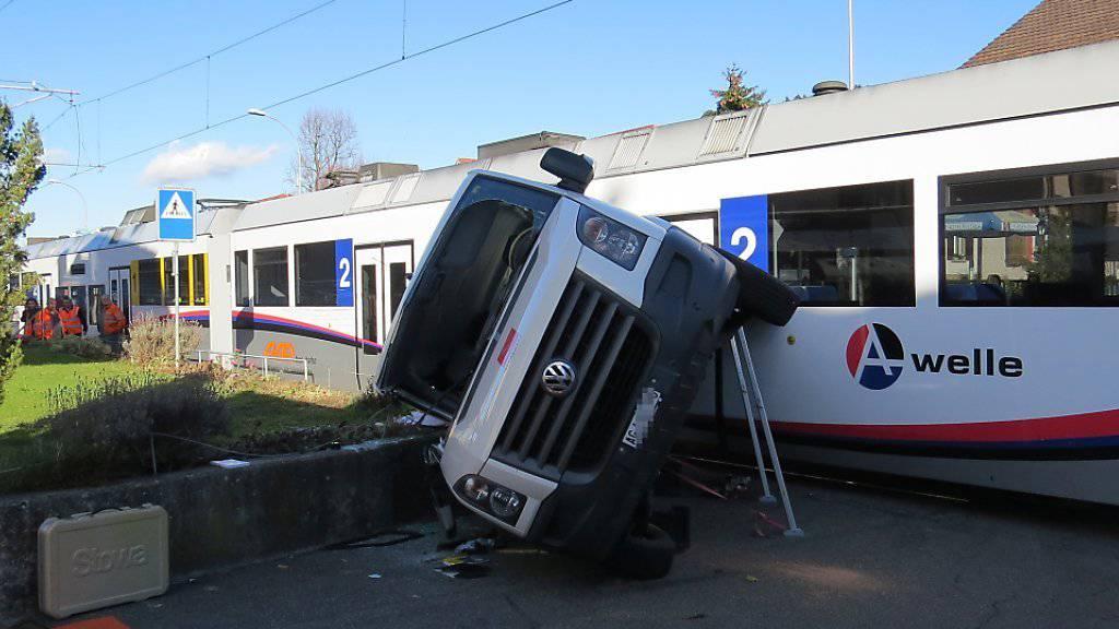 Ein Kleinbus prallte in Oberkulm AG bei einem Bahnübergang in einen Regionalzug.