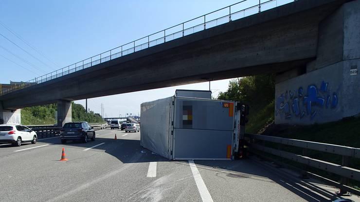 Der Lastwagen kippte nach einer Kollision mit der Leitplanke.