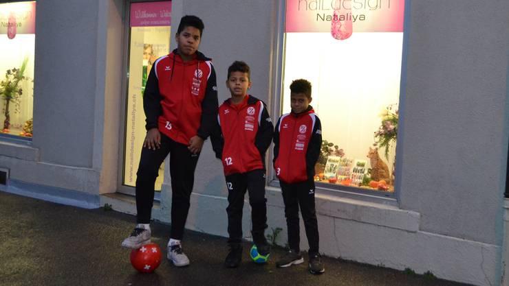 Drei Brüder, eine Leidenschaft: Aaron, Gideon und Desmond (von rechts) sind fussballbegeistert durch und durch.