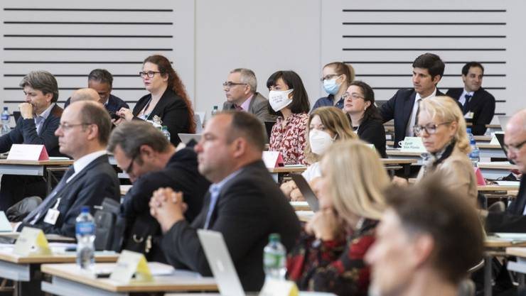 Der Zürcher Kantonsrat hat zwei neue Mitglieder. Das Kantonsparlament tagt wegen der Corona-Pandemie weiterhin in einer Halle der Messe Zürich.