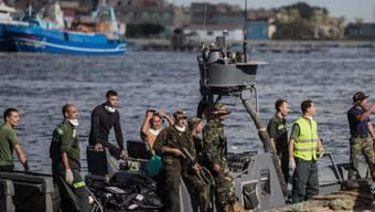Die ägyptische Küstenwache und Retter bringen die Leichen von Flüchtlingen an Land. Ein Boot mit Hunderten Migranten an Bord kentert vor der ägyptischen Küste.