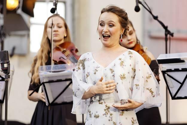 Die russische Sopranistin Julia Lezhneva (Mitte) eröffnete zusammen mit dem russischen Geiger Dmitry Sinkovsky die 10. Lenzburgiade auf Schloss Lenzburg.
