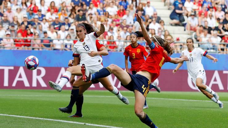 US-Star Alex Morgan fliegt im Achtelfinal gegen Spanien dem Ball entgegen. Sie macht mit Werbung Millionen.