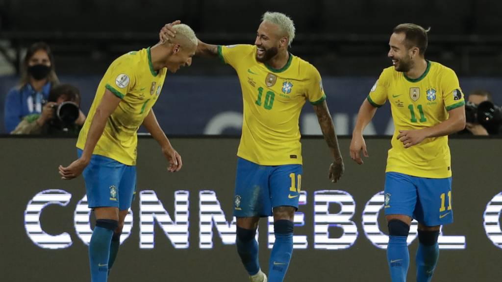 Richarlison (links) jubelt nach seinem Tor zum 4:0-Endstand mit seinen brasilianischen Teamkollegen Neymar (Mitte) und Everton Ribeiro