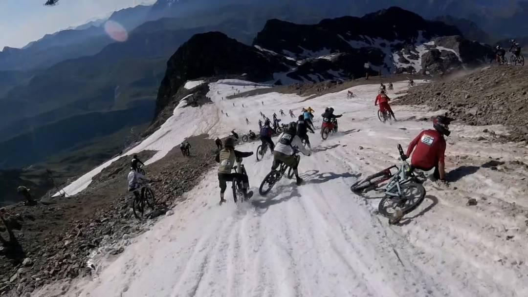 Mit der Helmkamera gefilmt: Eine halsbrecherische Abfahrt über Schnee und Geröll aus der Perspektive von Petr Mondrik