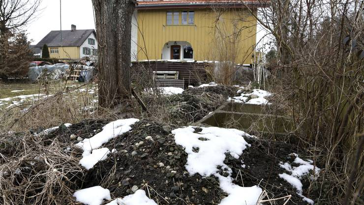 Im Jahr 2011 liess eine Bewohnerin ihren Garten untersuchen, weil Teerplatten und Teerbrocken von blossem Auge sichtbar waren.