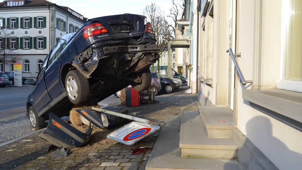Was aussieht wie ein gestellter Stunt ist ein schiefgelaufenes Parkmanöver einer Lenkerin.