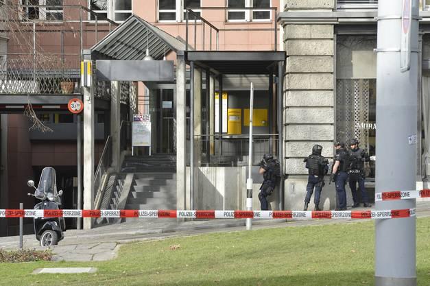 Die Poststelle ist umstellt: Zu dem Zeitpunkt herrscht Unsicherheit, ob der Täter sich noch im Gebäude befindet.