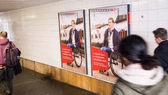 SBB-Plakate mit Michael Fässler in der Unterführung des Liestaler Bahnhofs, die täglich Tausende Leute passieren.