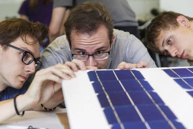 Die einzelnen Solarzellen werden zu Modulen zusammengelötet.