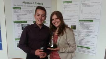 Marc Salm aus Veltheim und Jamina Häseli aus Brugg präsentieren in Davos ihre Maturaarbeit.