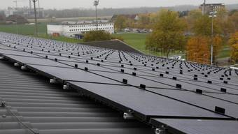 Photovoltaik-Anlage auf dem Eishallendach in Zuchwil
