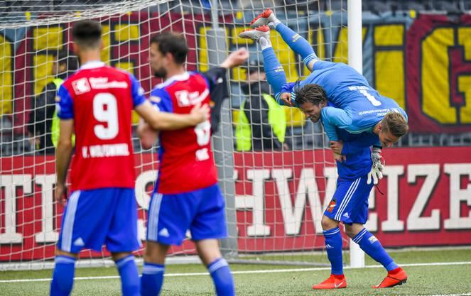 Valentin Stocker und Jonas Omlin feiern gemeinsam den Cup-Sieg.