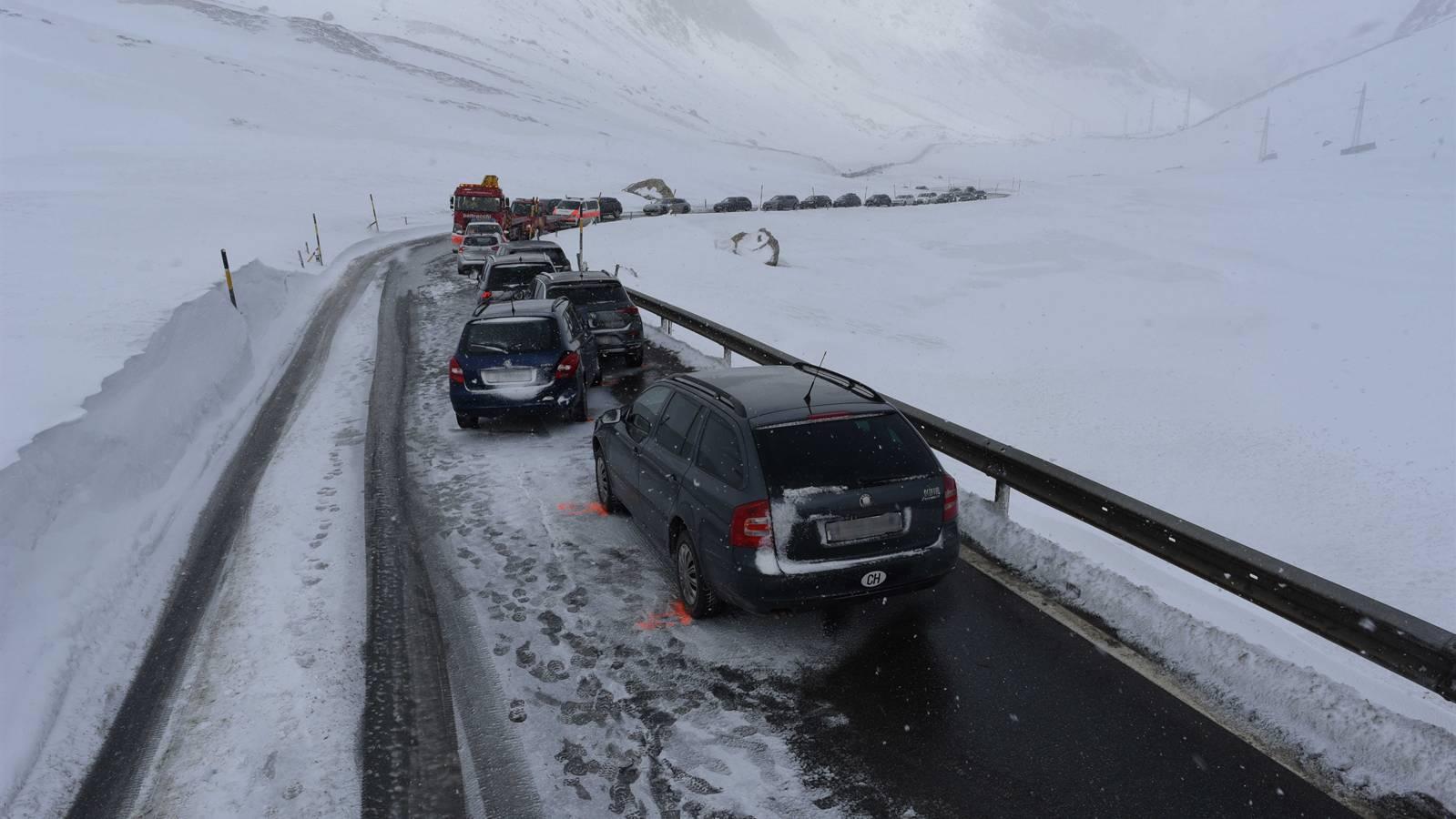 Am Samstagnachmittag kollidierten auf der Julierpassstrasse insgesamt 6 Fahrzeuge.