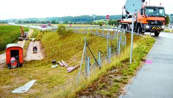 Baubeginn: Im Graben wird Platz für die  Stützmauer vorbereitet und auf der Abfahrt von Solothurn werden Leitplankenelemente entladen. (uby)