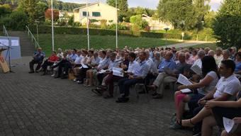 """Die Gemeindeversammlung von Oberrohrdorf fand unter freiem Himmel beim """"Hinterbächli"""" statt."""
