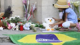 Im Gedenken an die Opfer legen die Menschen in Yverdon-les-Bains VD Blumen, Kerzen, Plüschtiere und Kinderzeichnungen nieder.