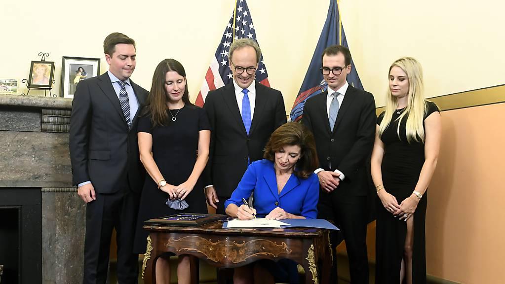 Kathy Hochul, Gouverneurin der Stadt New York, unterzeichnet bei einer Vereidigungszeremonie im Red Room des State Capitol Dokumente. Der US-Bundesstaat New York wird nach dem Rücktritt des bisherigen Amtsinhabers Andrew Cuomoerstmalig erstmalig von einer Gouverneurin geführt.