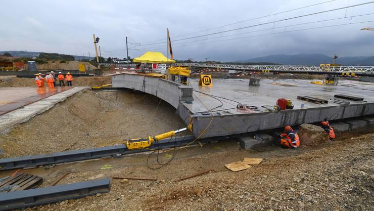 Die Platte wird die Decke der neuen Unterführung sein, durch die der verlängerte Autobahnzubringer Aesch führen wird.