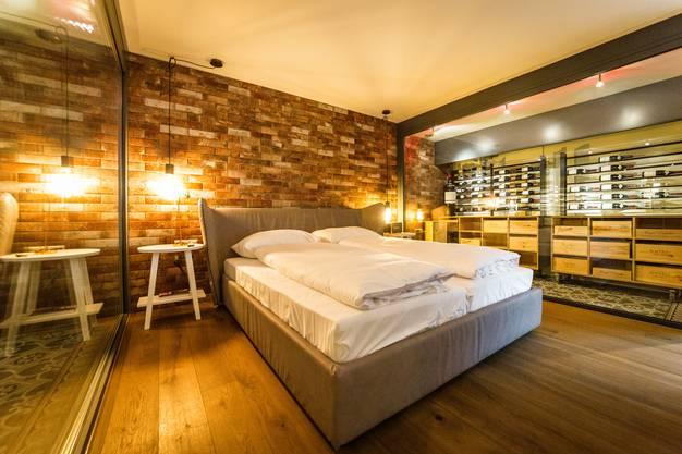 In der Weinkeller-Suite schlafen die Gäste zwischen zwei Weinkühlschränken.