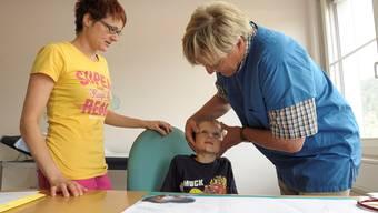 Manchmal siehts in der Kindertagesklinik aus wie in einer normalen Praxis: Dienstarzt Walter Perniceuntersucht den kleinen Mateo, der sich am Kinn verletzt hat. Martin Töngi
