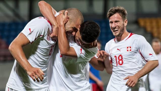 Mergim Brahimi (rechts) bejubelt mit seinen U21-Kollegen Pajtim Kasami und Darko Jevtic ein Tor gegen Liechtenstein. Foto: Keystone