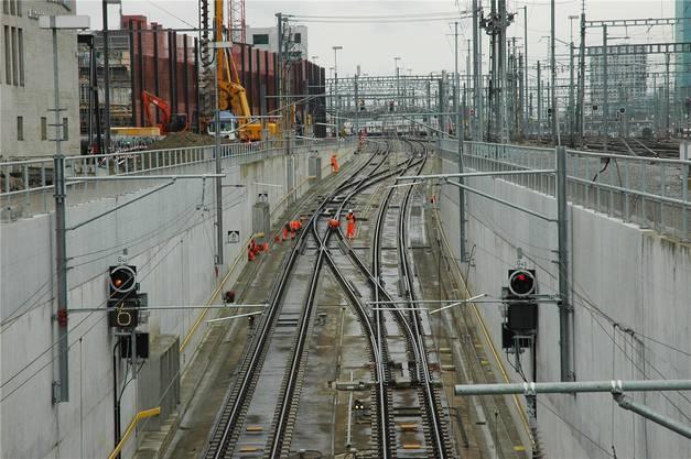 Gleisunterhalt ist aufwändig: Die Erdgasleitungen, mit denen stark befahrene Weichen beheizt werden, werden jeden Spätsommer neu montiert.