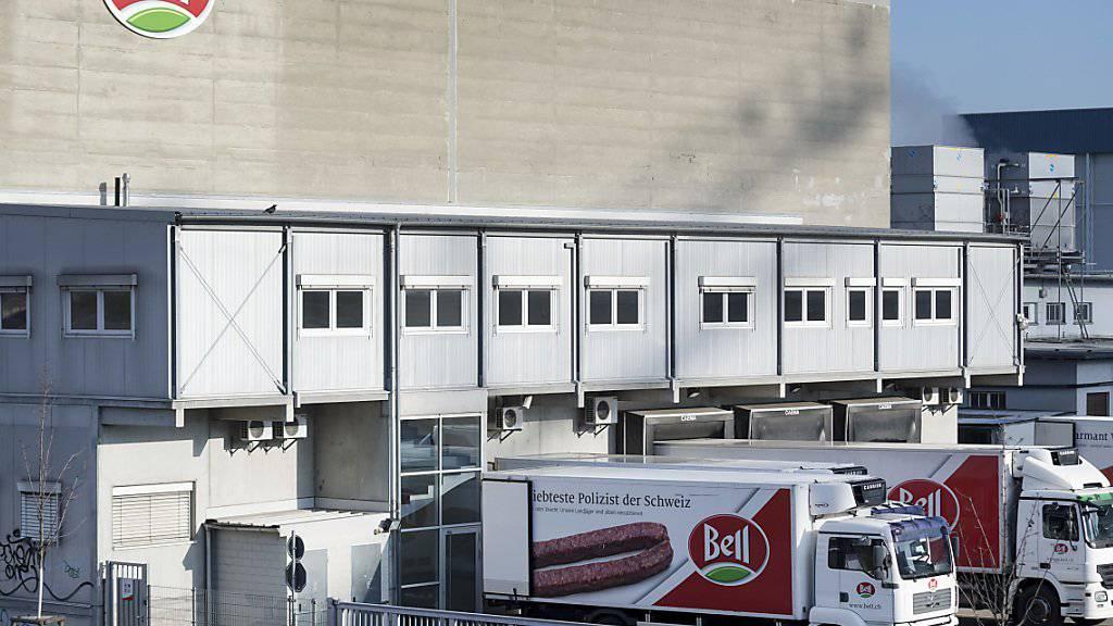 Beim Fleischverarbeiter Bell in Basel ist es in der Nacht auf Mittwoch zu einem Zwischenfall mit ausgetretenem Desinfektionsmittel gekommen. Vier Angestellte mussten zur Kontrolle ins Spital gebracht werden. (Archivbild)
